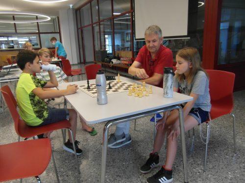 """Wie hüpft bloß dieser Springer? Beim """"School is out"""" lernten 20 Begeisterte die Schachregeln."""