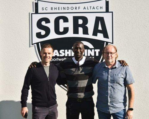 Wiedersehen macht Freude: Sportdirektor Werner Grabherr und Teammanager Mario Mayer freuen sich über den Besuch des ehemaligen Publikumslieblings Modou Jagne.SCRA