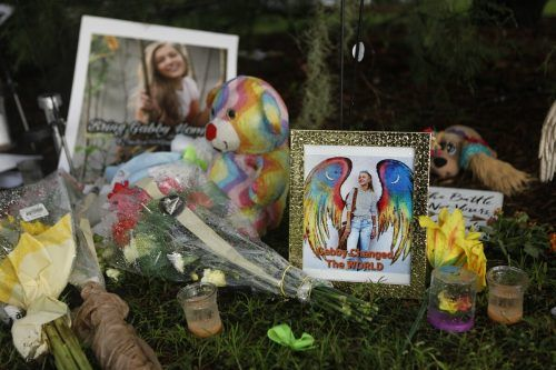 Zahlreiche Menschen erinnern mit Kerzen und Plüschtieren an Gabby Petito. AFP