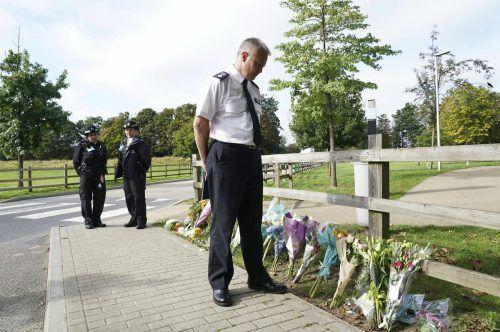 Zahlreiche Menschen haben am Fundort der Leiche Blumen niedergelegt. AP