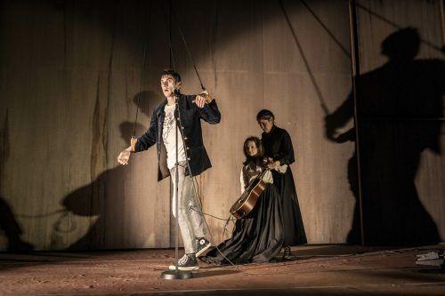 Aaron Hitz als Orpheus und Puppenspielerin Clara Gil mit der lebensgroßen Eurydike-Puppe.Joel-Schweizer