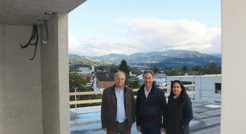 Alexander und Melanie Stuchly mit Bürgermeister Elmar Rhomberg bei der Rohbau-Führung in Lauterach.