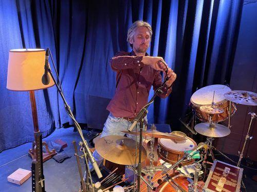 Als Musiker sorgt er für Rhythmus, als Produzent für Musikalität, als Techniker für den guten Ton. Gillard