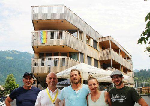 Architekt Ralph Broger (l.) und sein Partner Kaspar Greber (2. v. l.) präsentieren auch ihr Wohn- und Geschäftshaus-Projekt Komot.