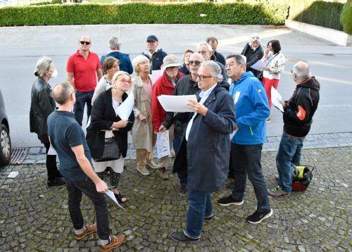 Architekt Wolfgang Ritsch stellte beim ersten Ge(h)spräch durchs Rankweiler Zentrum die geplanten Maßnahmen für den Bereich Bahnhofstraße vor .Marktgemeinde /Oswald