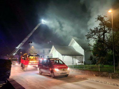 Beim Eintreffen der Einsatzkräfte drangen dichte Rauchschwaden aus dem Einfamilienhaus. feuerwehr Hohenems