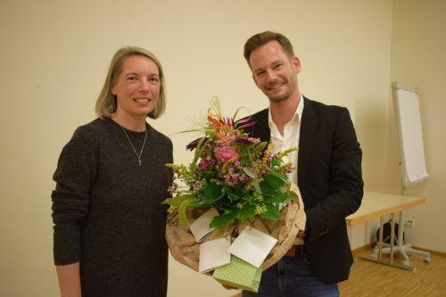 Mit Blumen und einem Geschenk verabschiedete Philipp Fasser seine Vorgängerin Carmen Steurer. Moosbrugger
