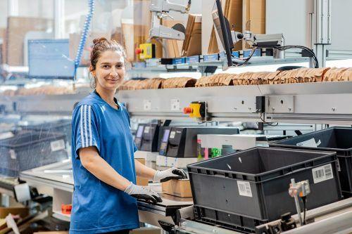 Cemile Erener hat nach langer Arbeitslosigkeit nun bei Haberkorn in Wolfurt eine Fixanstellung in der Logistik gefunden. haberkorn
