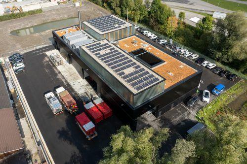 Das Dach des neuen Betriebsgebäudes der Wiederverwertungsgesellschaft wird begrünt, außerdem gibt es eine Solaranlange. VN/Lerch