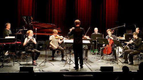 Das Ensemble Mosaik unter der Leitung von Magnus Loddgard beim Auftaktkonzert in der Remise. sit