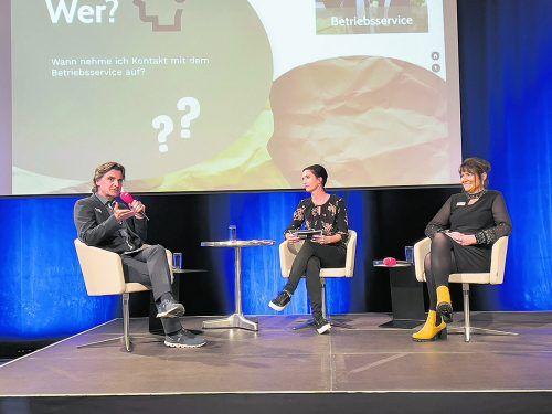 """Das Podium bei """"Neue Perspektiven"""": (l.) Stefan Knall (BIFO, Betriebsservice), Nicole Benvenuti (Moderatorin), Petra Zerlauth (dafür, Betriebsservice).dafür"""