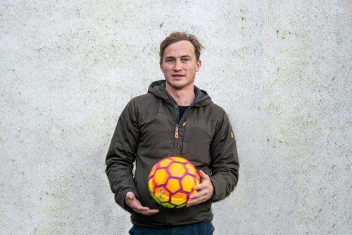 David Kopp spielt mit viel Energie den Fußballer Philip.