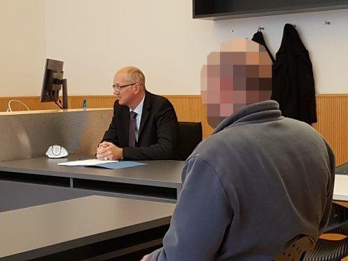 Der Angeklagte war überzeugt, dass die Verletzungen vom Sturz stammen müssten. Der Gutachter aber widersprach. EC