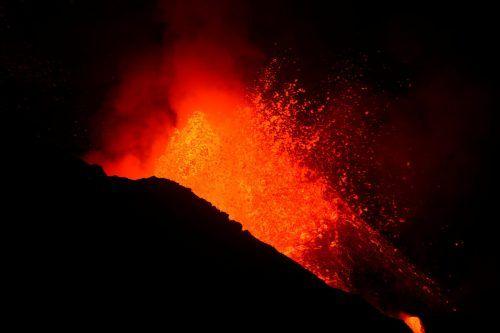 Der neue Lavastrom zieht bisher verschonte Flächen in Mitleidenschaft. Reuters