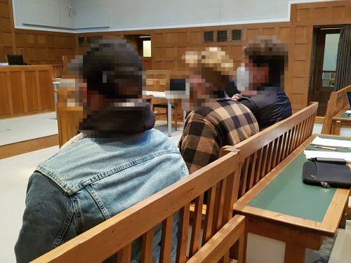 Die beiden Beschuldigten (l. u. M.) auf der Anklagebank am Landesgericht. eckert
