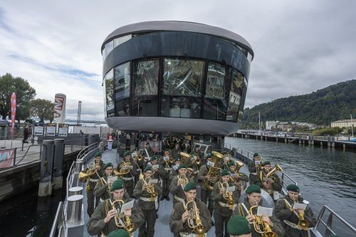 Die Militärmusik Vorarlberg unter Leitung von Wolfram Öller begeisterte die Zuhörer auf dem Schiff und im Hafen.