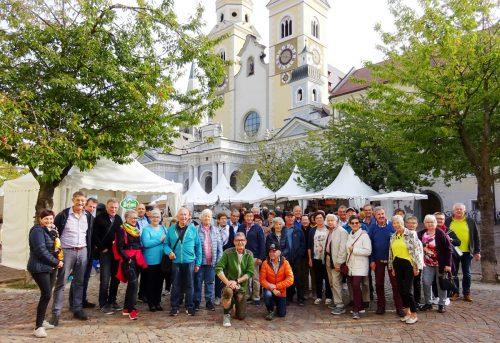 Die Musikfreunde des Seniorenbundes beim Gruppenfoto vor dem Dom in Brixen. Seniorenbund