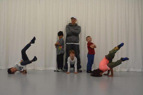 Die neue Breakdance-Gruppe mit Lehrer Willi Brozmann bewegt sich gekonnt zur Musik.bvs (3)