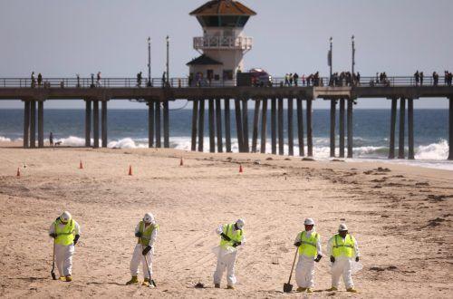Die Säuberung des verschmutzen Meeres und der Strände dauert an. AFP