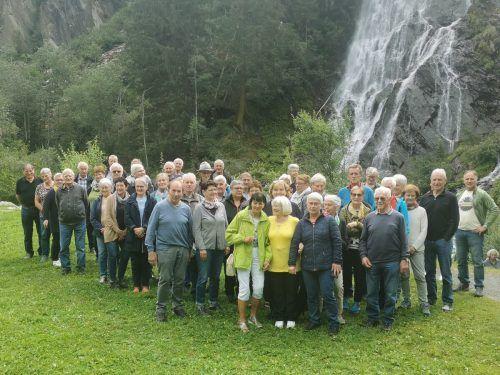Die Teilnehmer vor dem Haslacher Schleierwasserfall. Seniorenbund Egg-Großdorf