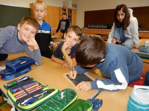 Die Volksschüler probieren das Schreiben auf der Schiefertafel aus.cth (3)