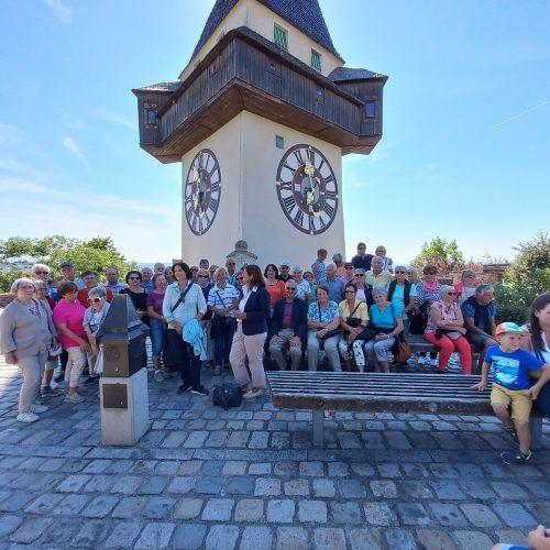 Die Wolfurter Senioren vor dem Grazer Uhrturm.Seniorenbund Wolfurt