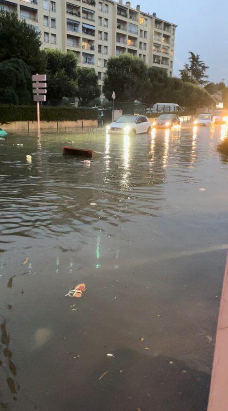 Die zuständige Präfektur warnte, sich nicht in Küstennähe zu begeben. Reuters
