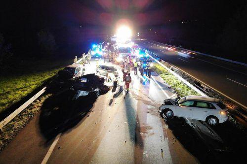 Ein Bild der Verwüstung bot sich am Donnerstagabend auf der Rheintalautobahn. Zahlreiche Einsatzkräfte waren vor Ort. m. shourot