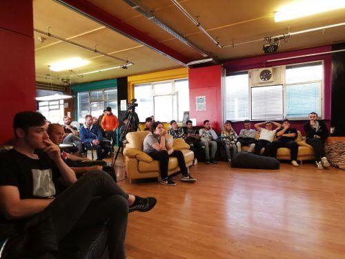 Etwa 30 Jugendliche waren in die Arena gekommen, um sich in Wohnzimmeratmosphäre über das Thema Corona-Impfung zu informieren.ERH (2)