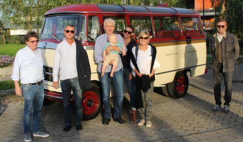"""Exklusiver """"Abholdienst"""": Oldtimer- und Oesterreich-Fan Markus Flatz (rechts) wirbt mit seinem Nostalgiebus für die Historische Schifffahrt Bodensee. stp/3"""