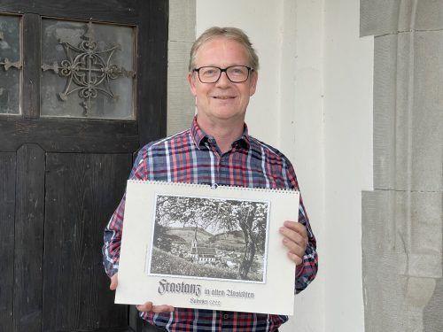 Gemeindearchivar Thomas Welte mit dem neuen Kalender für 2022. Marktgemeinde