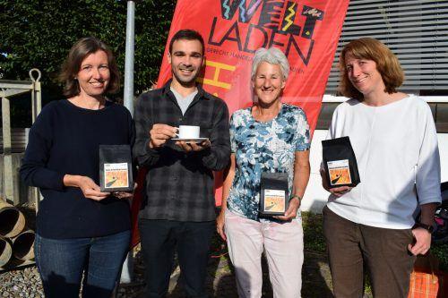 Gertrud Faißt, Andrea Trevian, Edith Troy und Carmen Willi präsentieren beim Wochenmarkt in Egg den neuen Kaffee. me