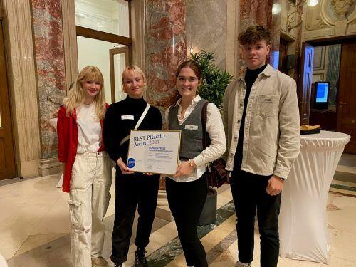 Glückliche Gewinnerinnen eines tollen Preises, der in Wien übergeben wurde: Schülerinnen der HLW Riedenburg mit Helfer. Riedenburg