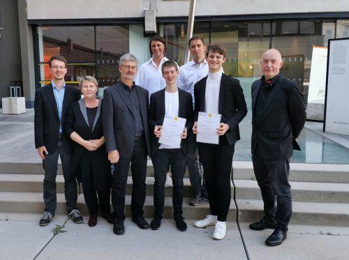 Großer Stolz bei den beiden Preisträgern, Direktor Ariel Lang (r.) und den mitgereisten Familienmitgliedern. me