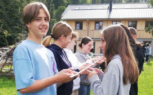 Gruppendynamische Übungen verbessern die Beziehungen zwischen Schülerinnen und Schülern und Lehrerinnen und Lehrern.