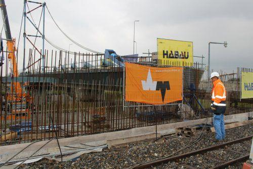 """Hagen Lehmann """"räumt auf"""", der letzte Vorschub ist abgeschlossen, die Stahlkonstruktion der neuen Rheinbrücke hat den Ostdamm erreicht. STP/2"""