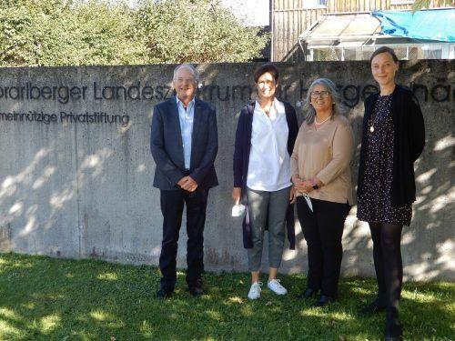 Heike Grebien (rechts) und Vahide Aydin (2.v.r) mit LZH-GF Johannes Mathis (links) und Schulleiterin Andrea Jonach.cth