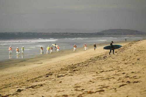 Helfer inspizieren die Küste in Huntington Beach. Mittlerweile wurde der Strand gesperrt. Rechts: Der Ölteppich nähert sich der Küste.aft