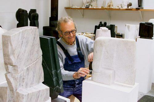 Herbert Albrecht in seinem Atelier. Er schuf ein umfangreiches Œuvre. VN/Zellhofer