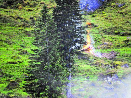 Hier brennen die Reste der historischen Alpe. Sie wurden im Naturschutzgebiet angezündet.