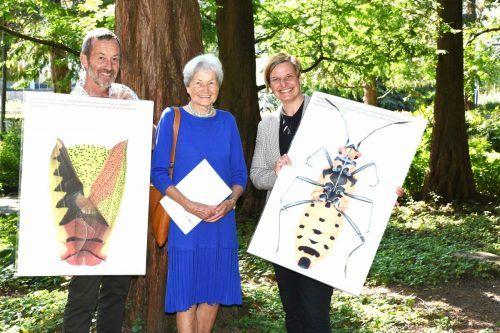 Hildegard Breiner (Mitte) Übergab die Kunstdrucke von Cornelia Hesse-Honegger an das Team der inatura. inatura