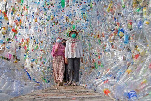 """Im Plastikmuseum bei Surabaya, Indonesien, gibt es einen Flaschen-Tunnel (""""Terowongan 4444""""), gesammelt aus umliegenden Flüssen. reuters"""