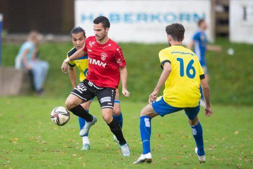 Im Spiel beim FC Wolfurt passierte es, da zog sich Elvis Alibabic (links) die Verletzung zu.VN-SAMS