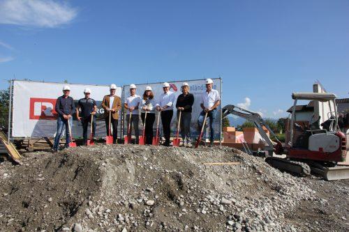 In Nofels feierten die Verantwortlichen von AGW, Rhomberg Bau und der Stadt Feldkirch kürzlich den Baustart einer Wohnanlage mit 18 Einheiten.Rhomberg Bau