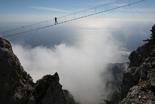 In schwindelerregender Höhe überquert ein Tourist eine Hängebrücke auf dem Berg Ai-Petri in der Nähe von Jalta an der Südküste der Halbinsel Krim. rts