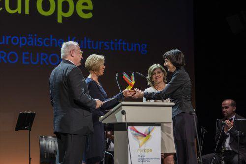 Intendantin Elisabeth Sobotka (r.) mit Landesstatthalterin Barbara Schöbi-Fink bei der Preisverleihung am Freitagabend. VN/Paultisch