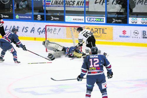 Jesse Saarinen traf gegen Fehervar-Goalie Daniel Kornakker doppelt.©Soos Attila