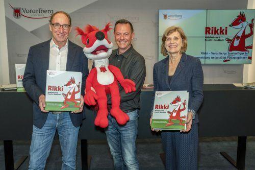 Johannes Rauch, Harald Feldmann und Barbara Schöbi-Fink präsentieren Rikki. VLK