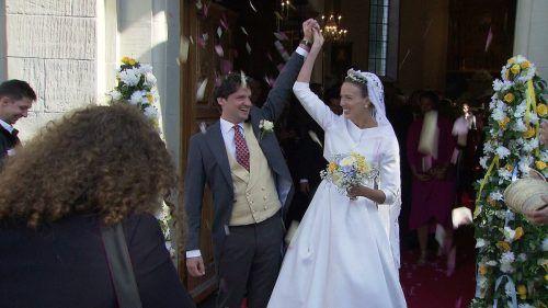 Jubel für das frischvermählte Brautpaar Tatjana Waldburg-Zeil und Philipp Eisl vor der Pfarrkirche St. Karl in Hohenems. orf