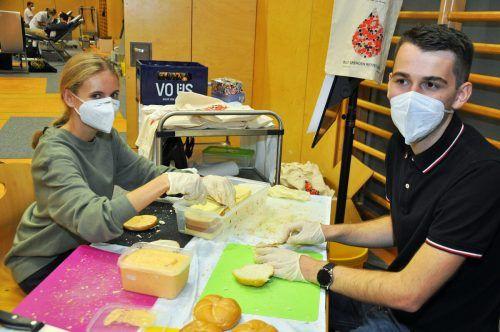 Julia und Julian richteten über 150 Jausensäcke für die Blutspender her.lcf